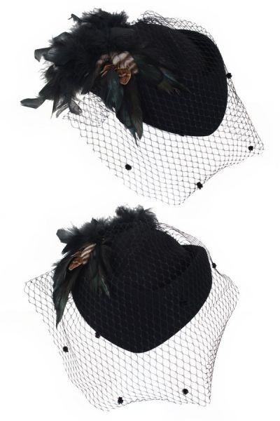 Damen Hut mit schwarzem Netzgewebe und grün schwarzen Federn