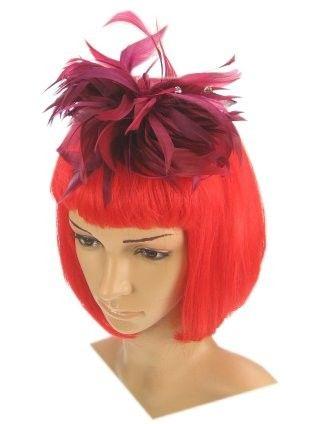 Haardekoration auf einem Bogen burgunderrot