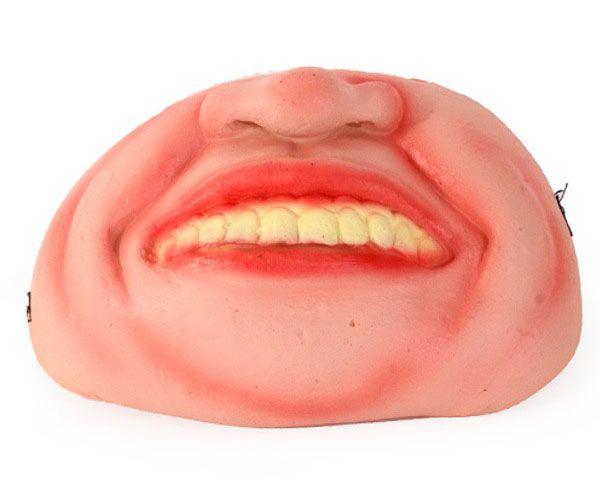Halbmaske schiefe Zähne