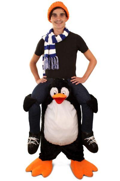 Lustige Huckepack durch Pinguin Anzug getragen