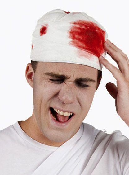 Hut mit blutigen Verband